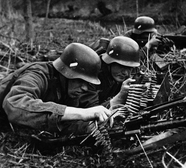 Attaching an ammunition belt to the MG34