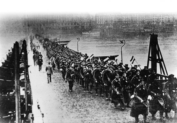 At the end of World War I, a Hessian regiment marches back across the Rhine at Koblenz to a Germany in chaos.