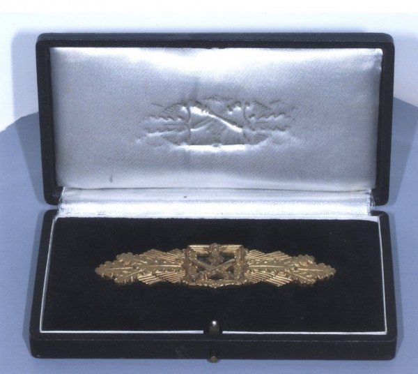 The deluxe version of the Close Combat Clasp in Gold, shown here in its fitted presentation case. Original exmaples of this version of the award are exceptionally rare.