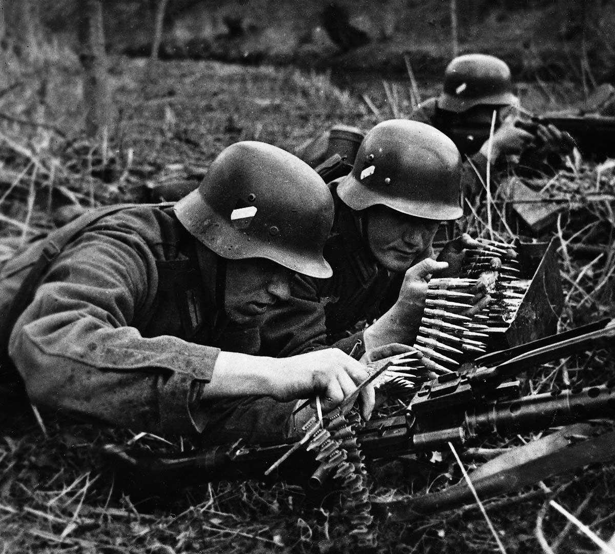 Attaching an ammunition belt to the MG34